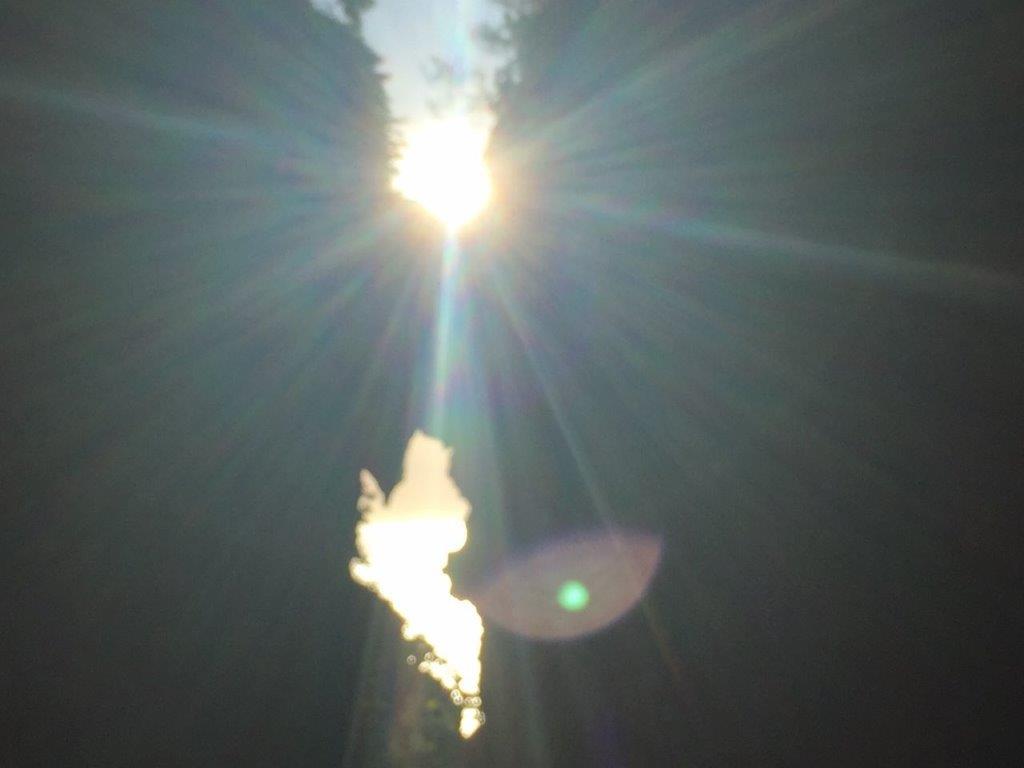光が差し込んだ弁慶のはさみ岩