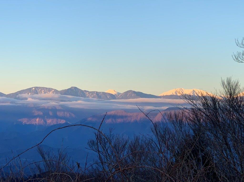 朝日に照らされる南アルプス