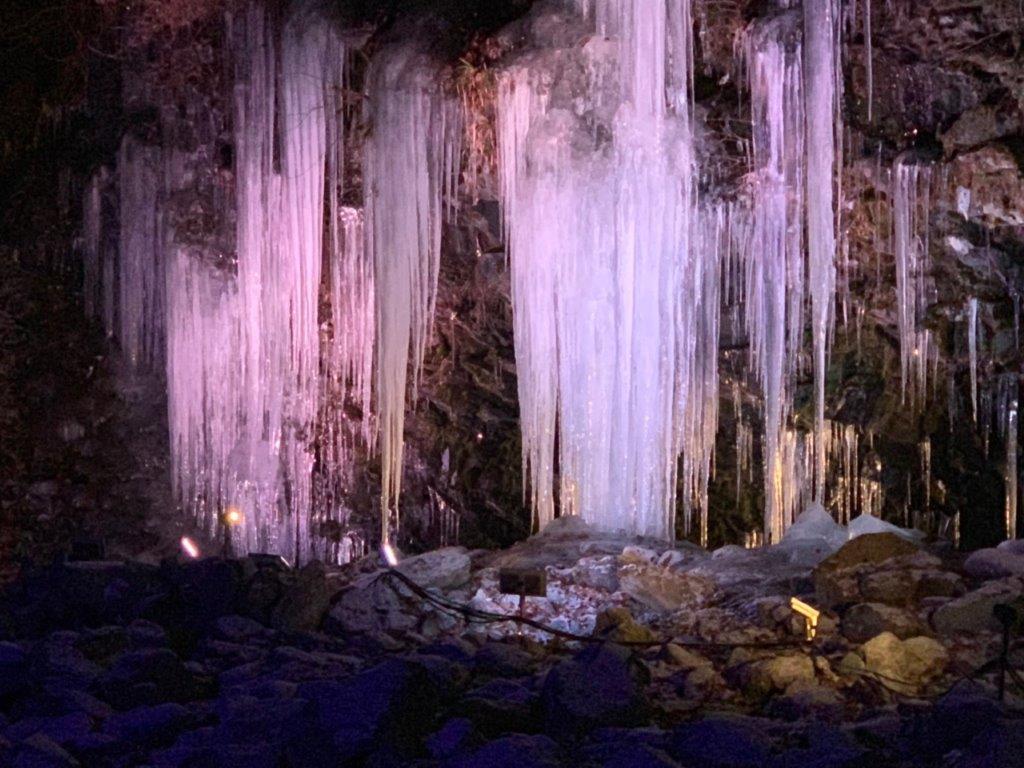 ライトアップされた三十槌の氷柱