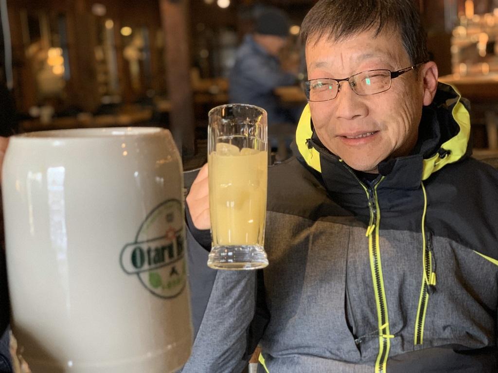 りんごジュースを飲む永井健司