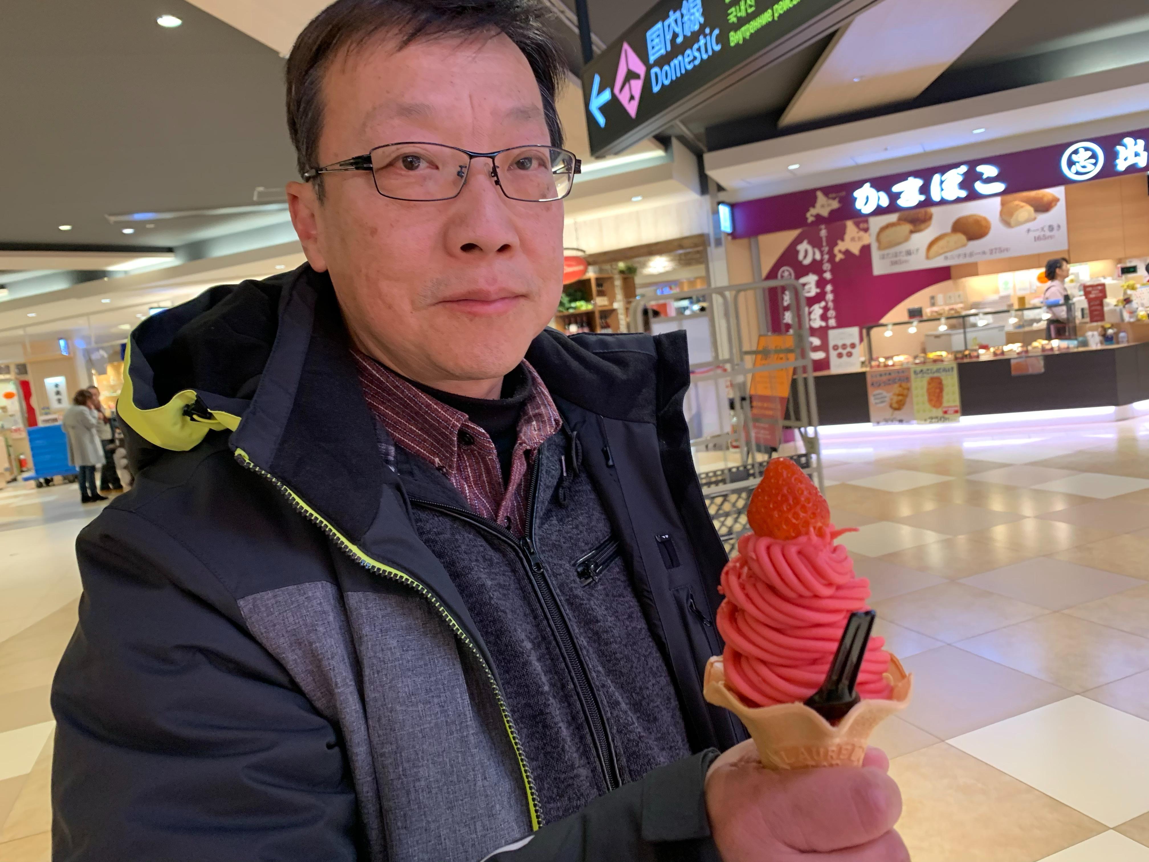 アイスを食べる永井健司