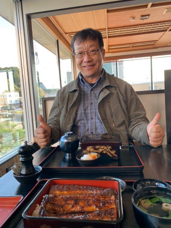 うなぎを食べる永井健司